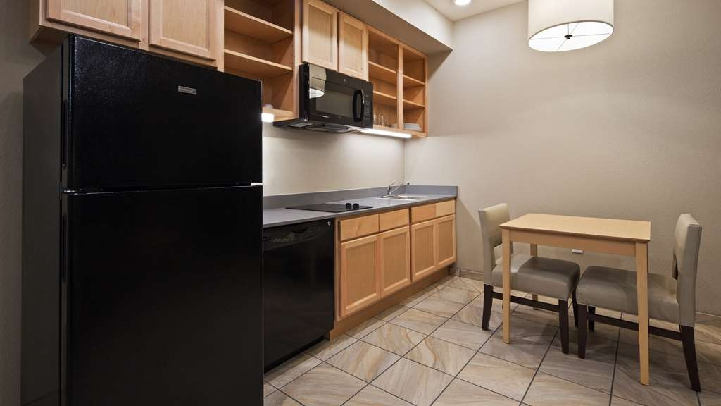 Best Western Plus Norman - Our full kitchens in our suites include a full-sized refrigerator, stove top and microwave complete with the dishes and pans you need to eat in.