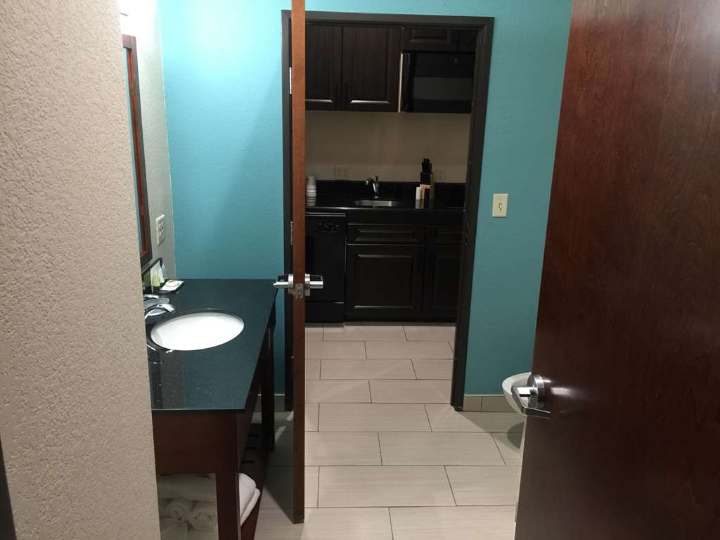 Best Western Plus Executive Residency Elk City - KING SUITE BATHROOM