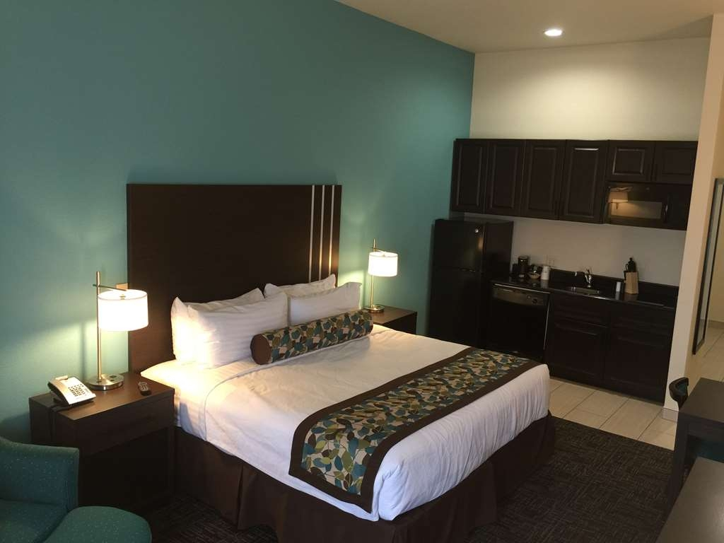 Best Western Plus Executive Residency Elk City - ADA KING GUEST ROOM WITH ROLL IN SHOWER