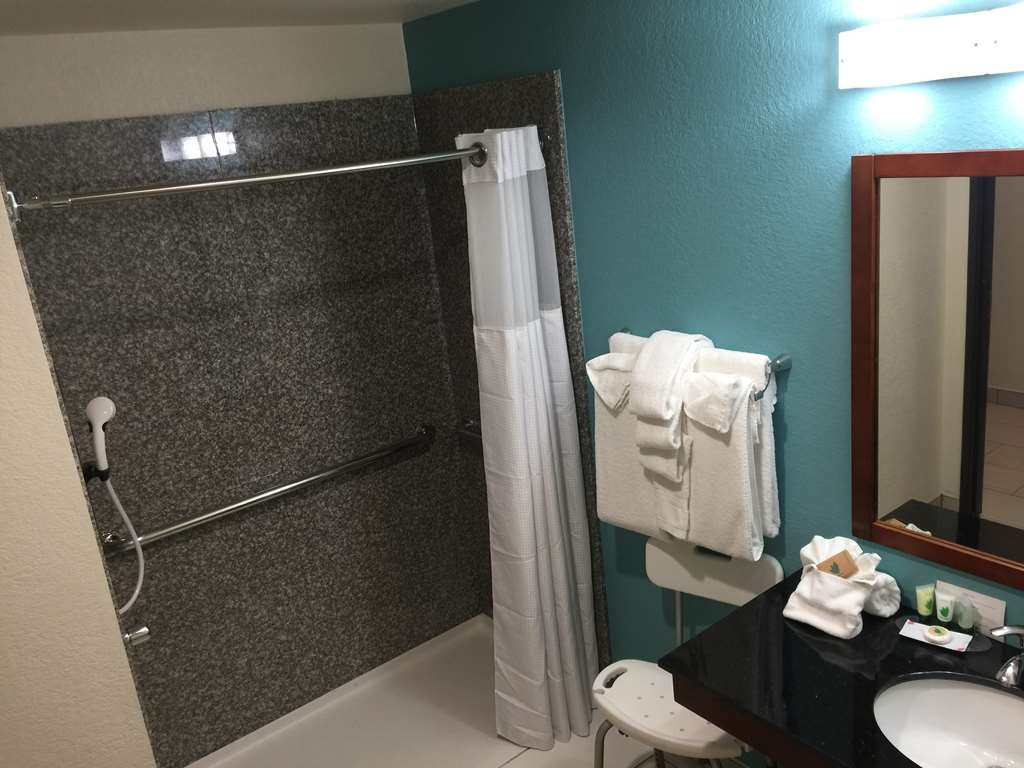 Best Western Plus Executive Residency Elk City - ADA BATHROOM WITH ROLL IN SHOWER