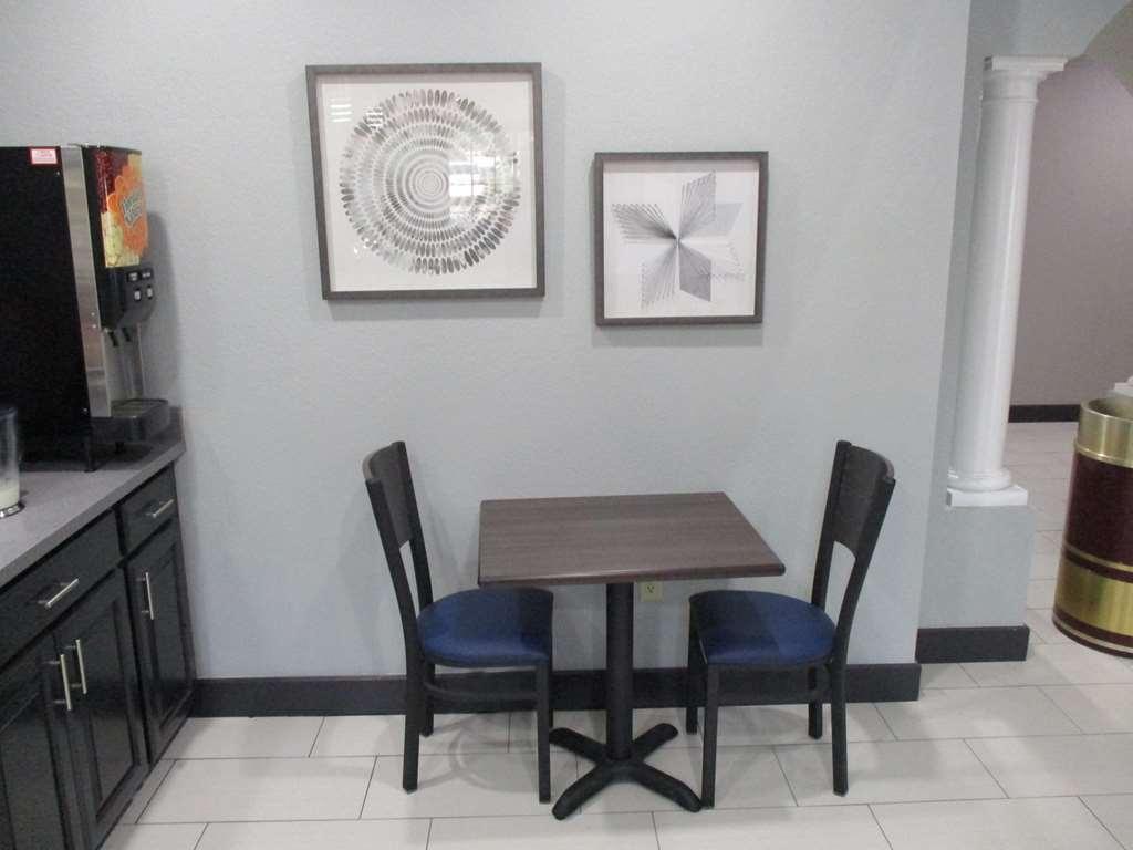 Best Western Atoka Inn & Suites - Cozy Breakfast Dining Area