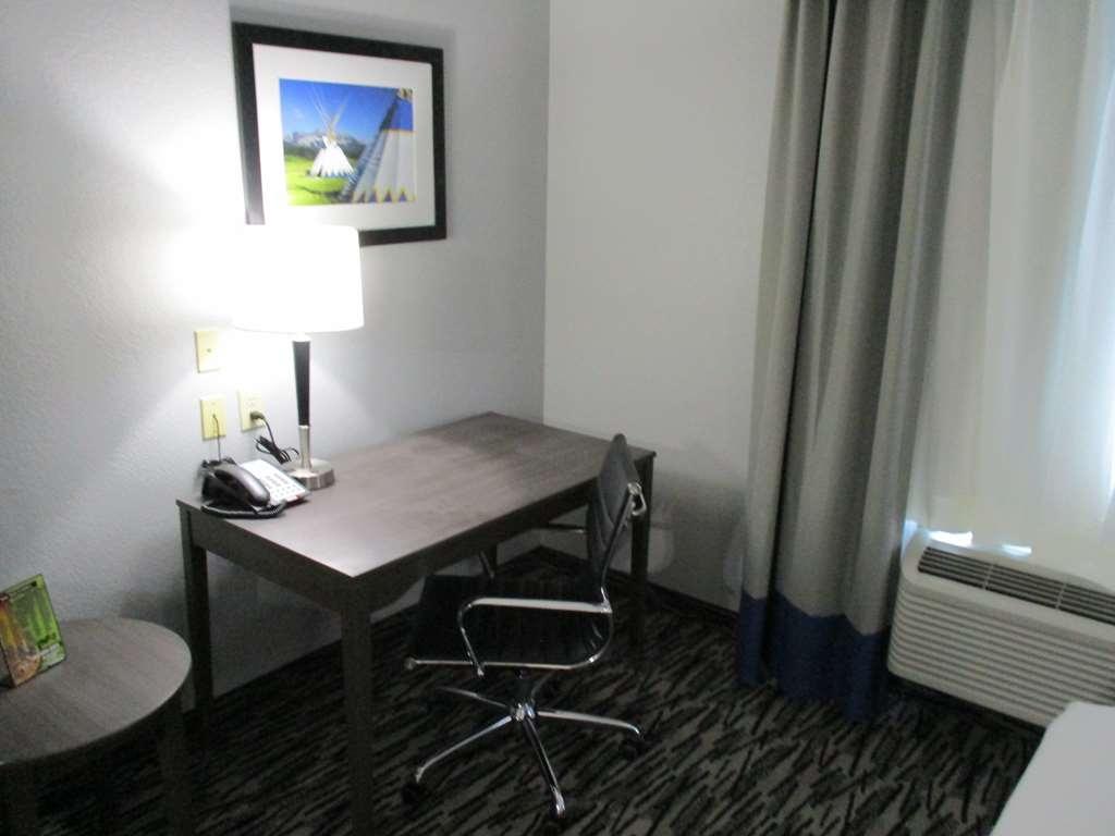 Best Western Atoka Inn & Suites - Single King Guest Suite Work Area