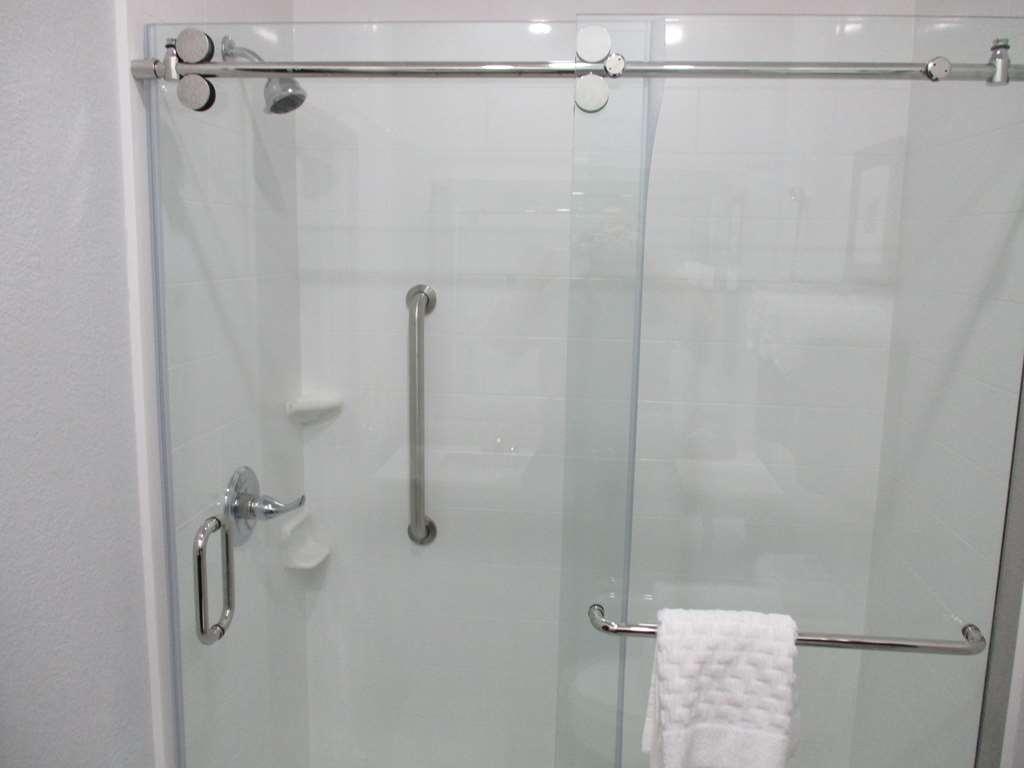 Best Western Atoka Inn & Suites - Single King Guest Suite Bathroom