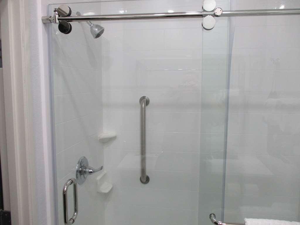 Best Western Atoka Inn & Suites - Double Queen Guest Bathroom