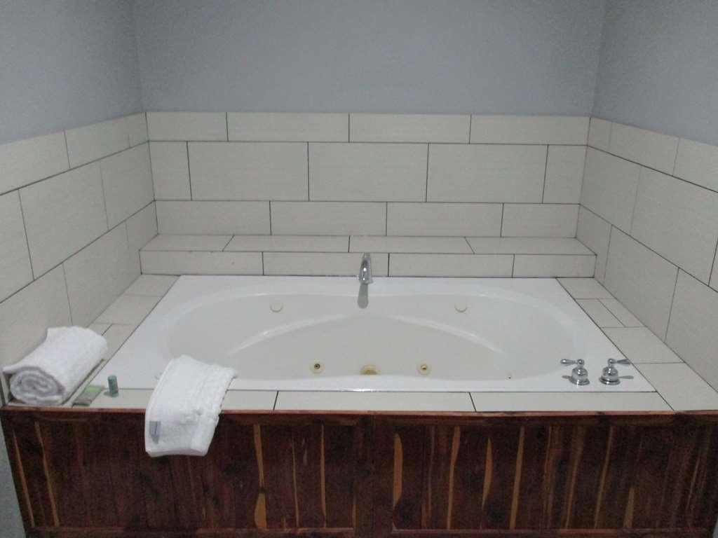 Best Western Atoka Inn & Suites - King Guest Whirlpool Suite