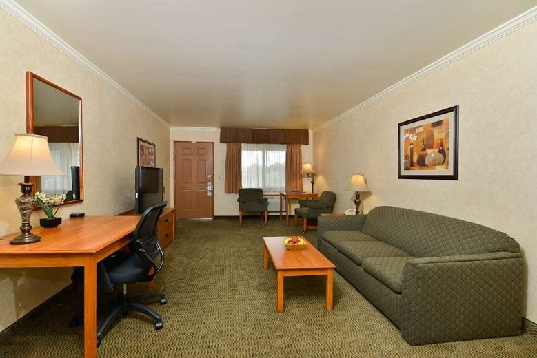 Best Western Holiday Hotel - Two room suite with one king bed, sofa bed and whirlpool spa.