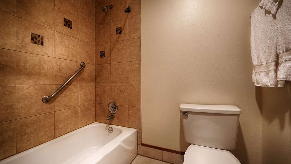 Best Western Holiday Hotel - Enjoy getting ready for the day in our fully equipped guest bathrooms.