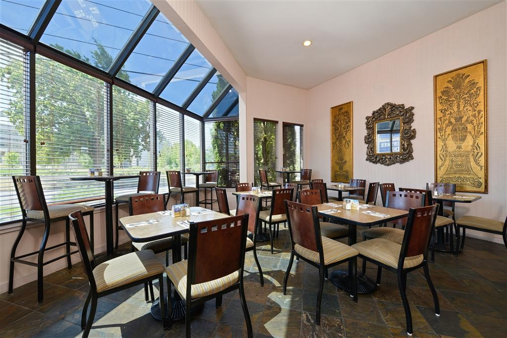 Best Western Greentree Inn - Start your day with a refreshing breakfast in our spacious breakfast room.