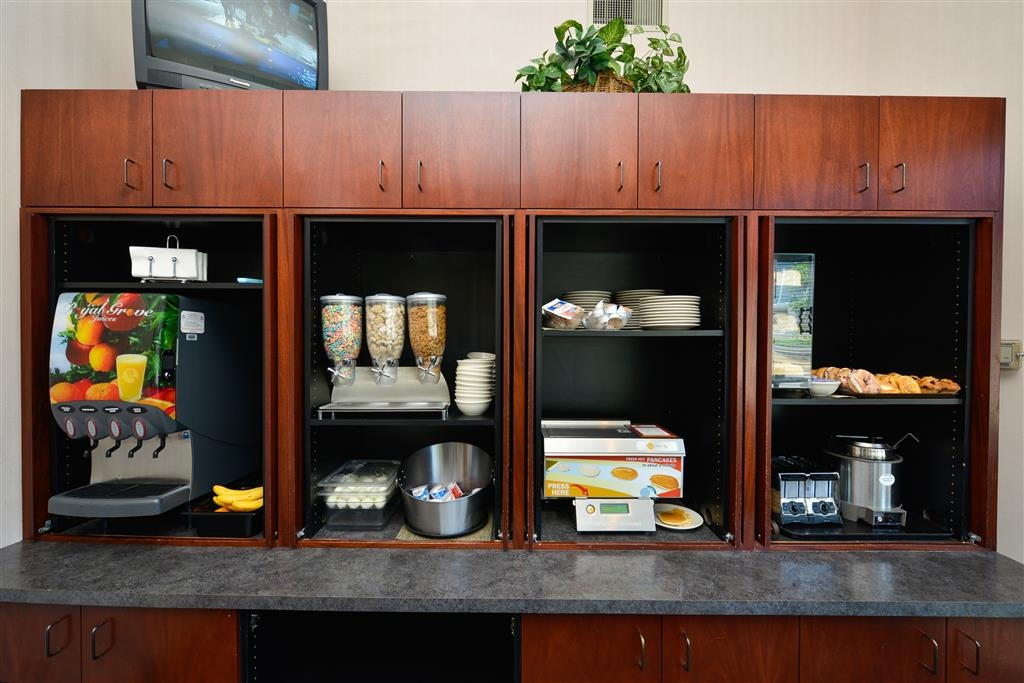 Best Western Greentree Inn - A wide selection of breakfast items will help get your day off to a good start.
