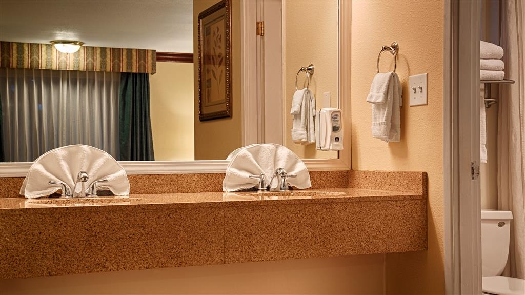 Best Western Garden Villa Inn - Guest Bathroom