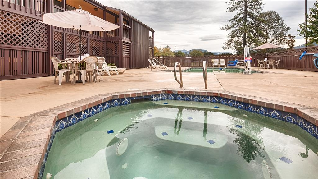 Best Western Oakridge Inn - Chilly outside? Enjoy the cozy atmosphere in our outdoor hot tub.