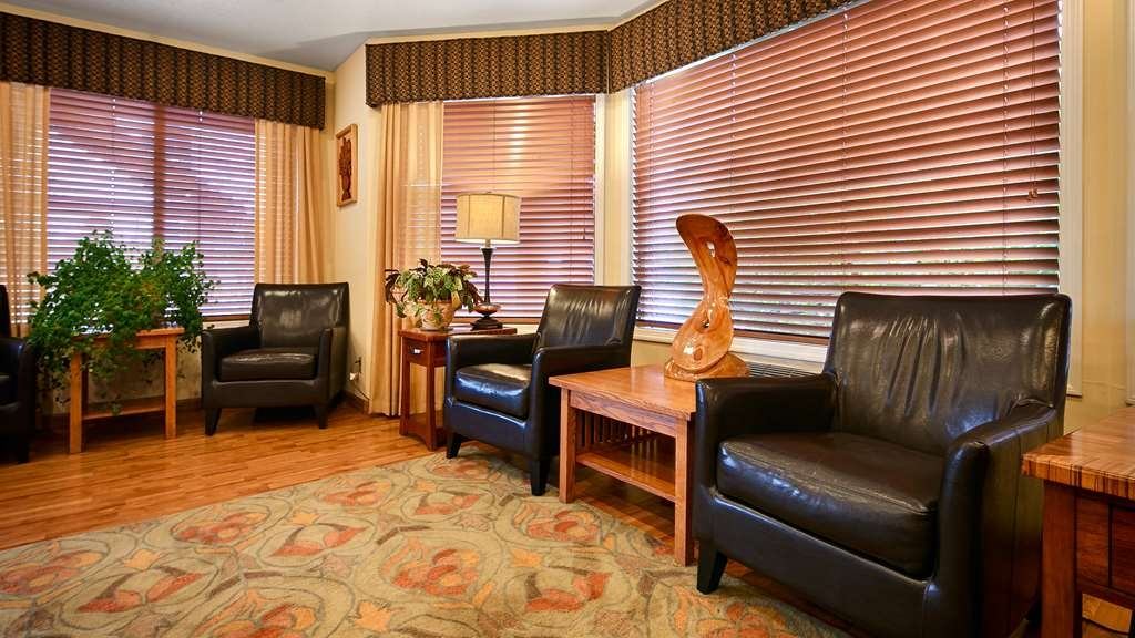 Best Western Oakridge Inn - Meet up with friends or enjoy some quiet time in our comfortable lobby.