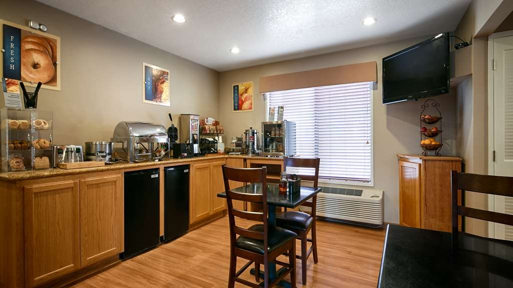 Best Western Oakridge Inn - Start your day off right with a complimentary continental breakfast.