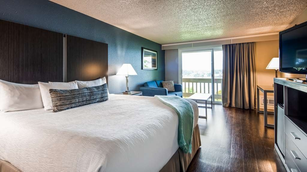 Best Western Pier Point Inn - King oversized room with balcony and river view - oversized room with the best view in town!