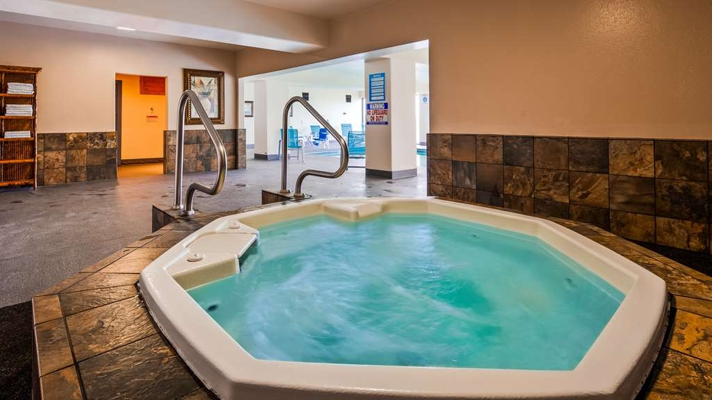 Best Western Pier Point Inn - In our pool area we also offer two hot tubs and a sauna for your enjoyment and relaxation.