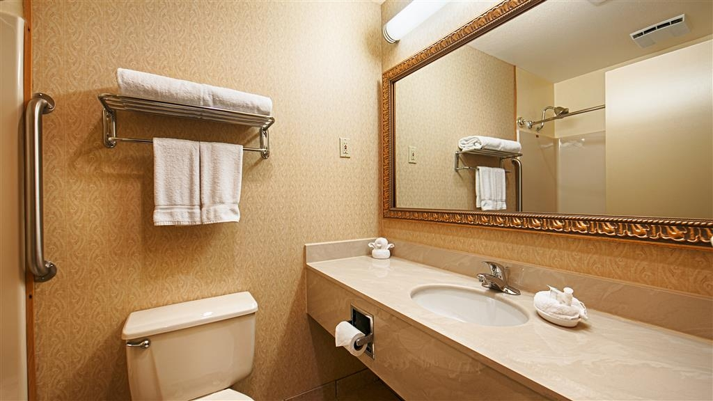 Best Western Inn & Suites - Salle de bains de la chambre avec lit king size