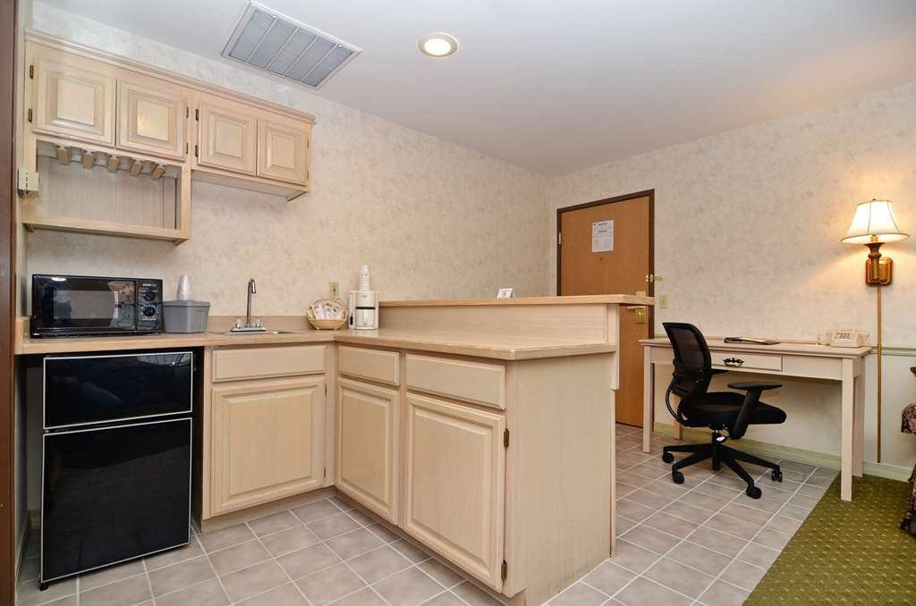 Best Western Inn at the Rogue - Our executive king suite features a stocked kitchenette.