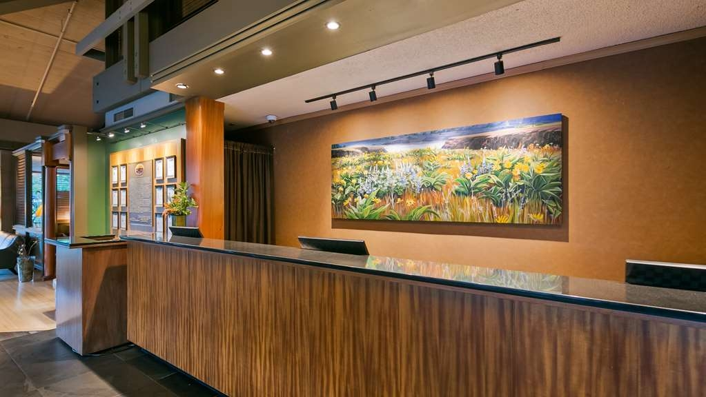 Best Western Plus Hood River Inn - Our inviting lobby and front desk features cool slate tile and natural colors.
