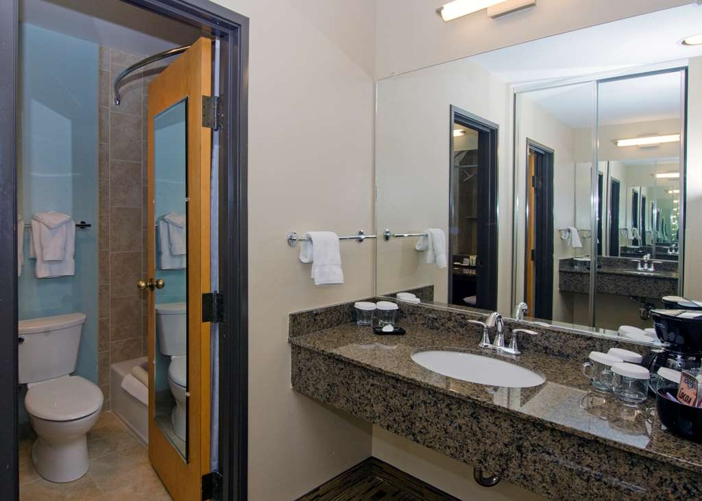 Best Western Plus Hood River Inn - Our west wing non view, two queen rooms both a private toilet and separate vanity area.