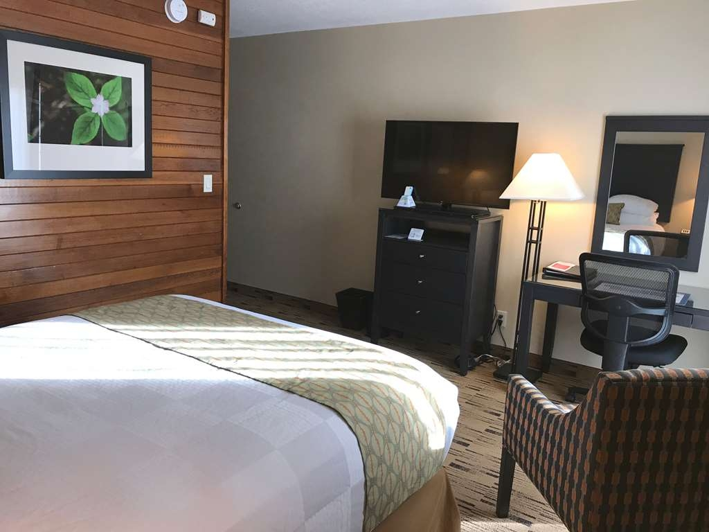 Best Western Plus Hood River Inn - Ground floor pet-friendly and second floor/non-pet friendly rooms available. Smaller square footage than other rooms but with all the same amenities.
