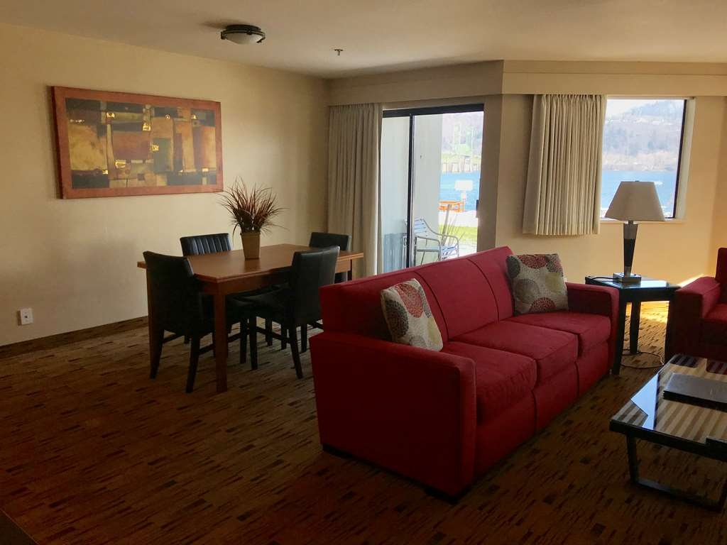 Best Western Plus Hood River Inn - Enjoy the riverview with your own dining table and nearby patio.