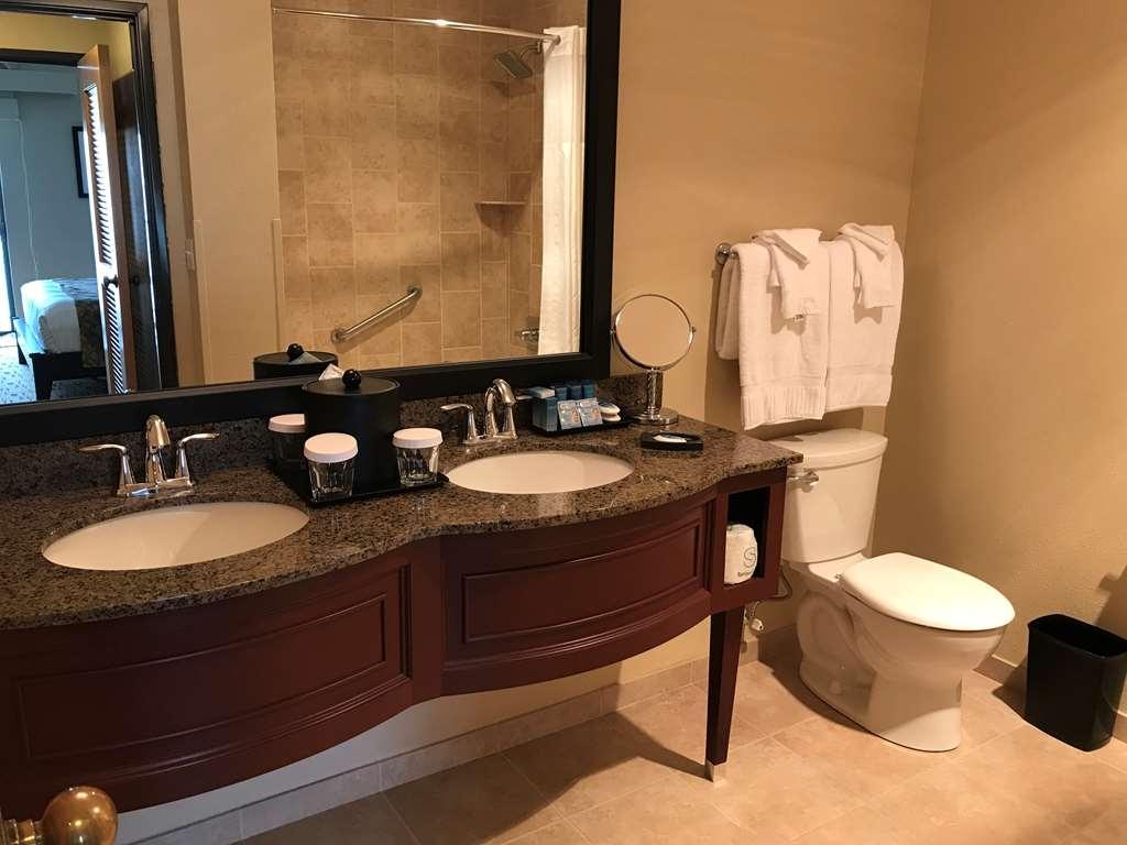Best Western Plus Hood River Inn - Luxurious bath with tub and deluxe vanity.