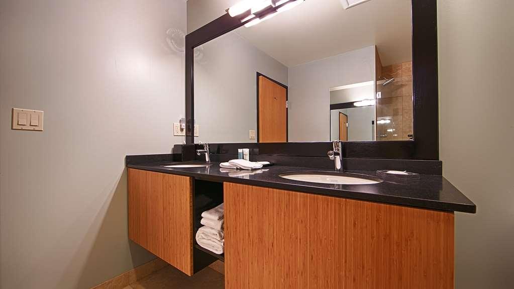 Best Western Plus Hood River Inn - Executive floor, economy room bath