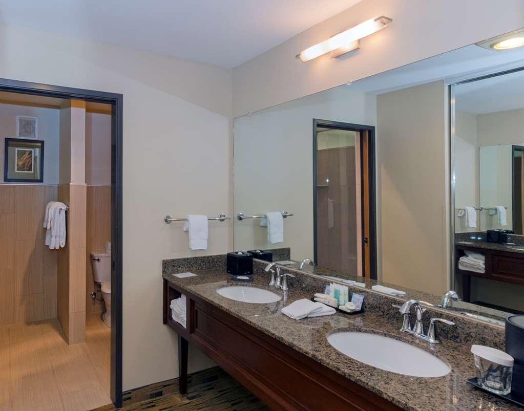 Best Western Plus Hood River Inn - Our deluxe river view bath features a vanity area with separate toilet and updated dual-sided glass shower.