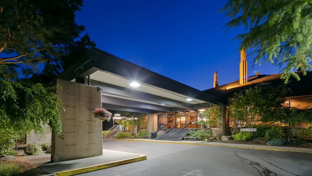 Best Western Plus Hood River Inn - Property entrance