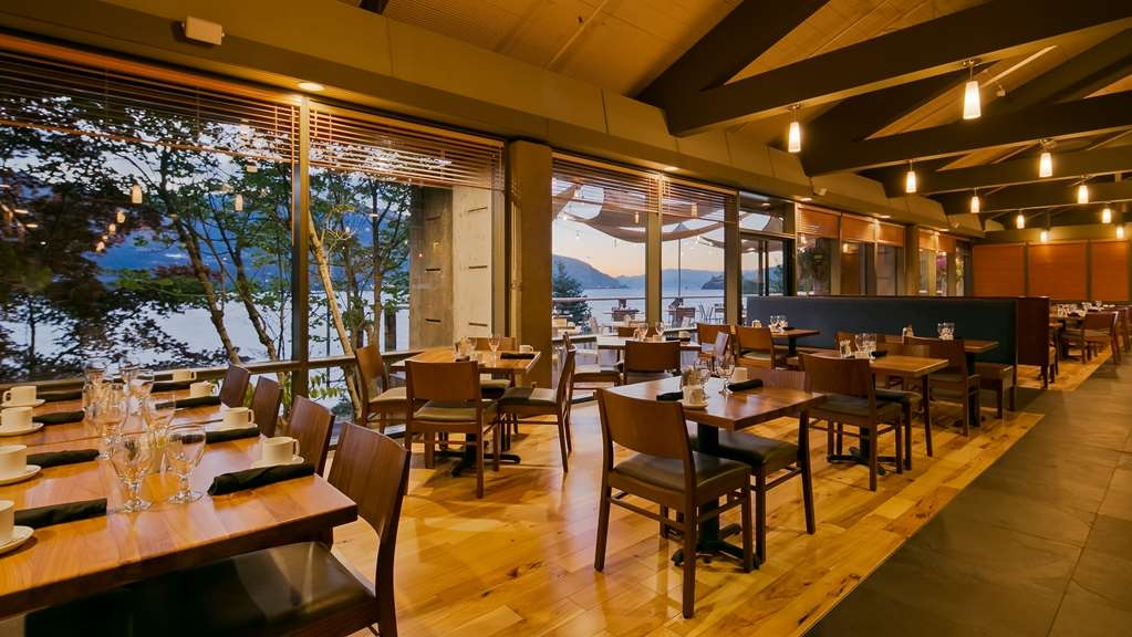 Best Western Plus Hood River Inn - Our Riverside dining room features outstanding food and a magnificent view of the Columbia River.
