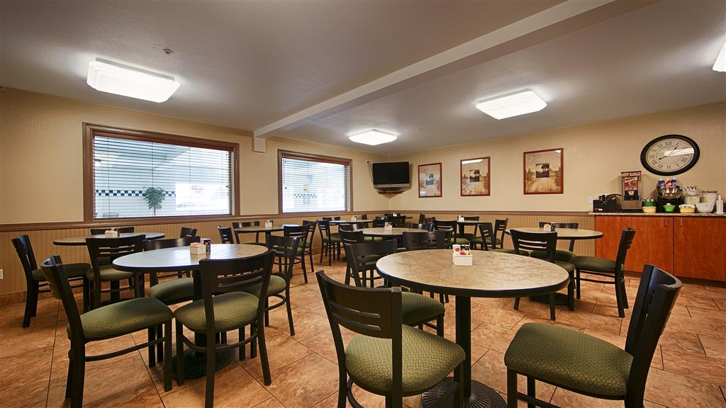 Best Western Oak Meadows Inn - The best way to start your day is with a free hot full buffet breakfast!