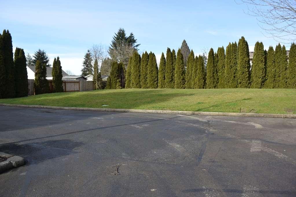 Best Western Newberg Inn - Huge lawn to play around.