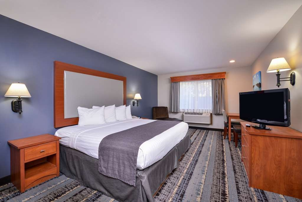 Best Western Newberg Inn - Enjoy space to get some work done in this guest room with desk area.