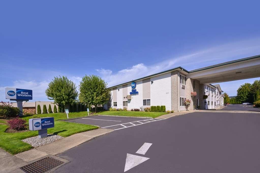 Best Western Newberg Inn - We have plenty of parking, including Truck/RV parking.