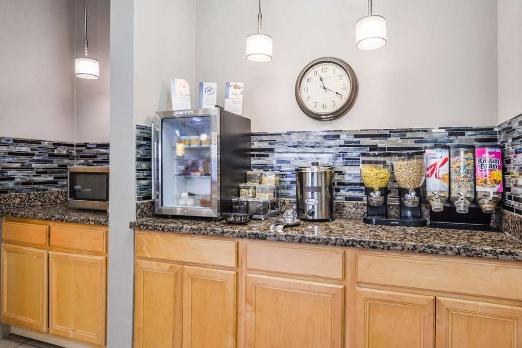 Best Western Newberg Inn - Sit down and enjoy the morning news while sipping a delicious cup of coffee.