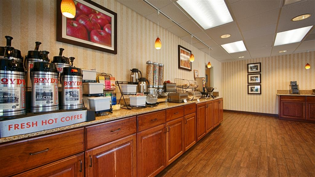Best Western Plus Rama Inn & Suites - Desayuno Buffet