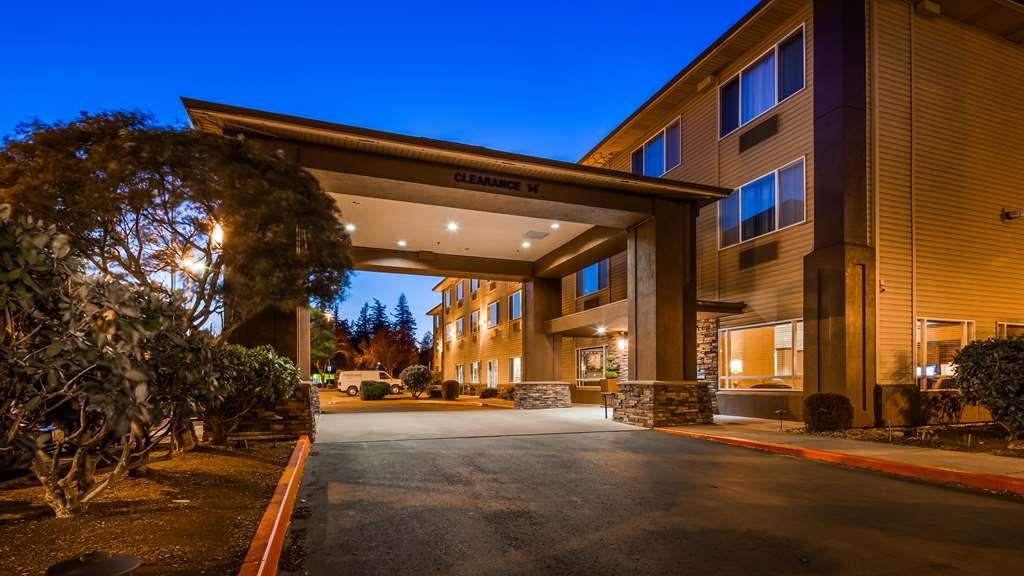 Best Western Plus Cascade Inn & Suites - Facciata dell'albergo
