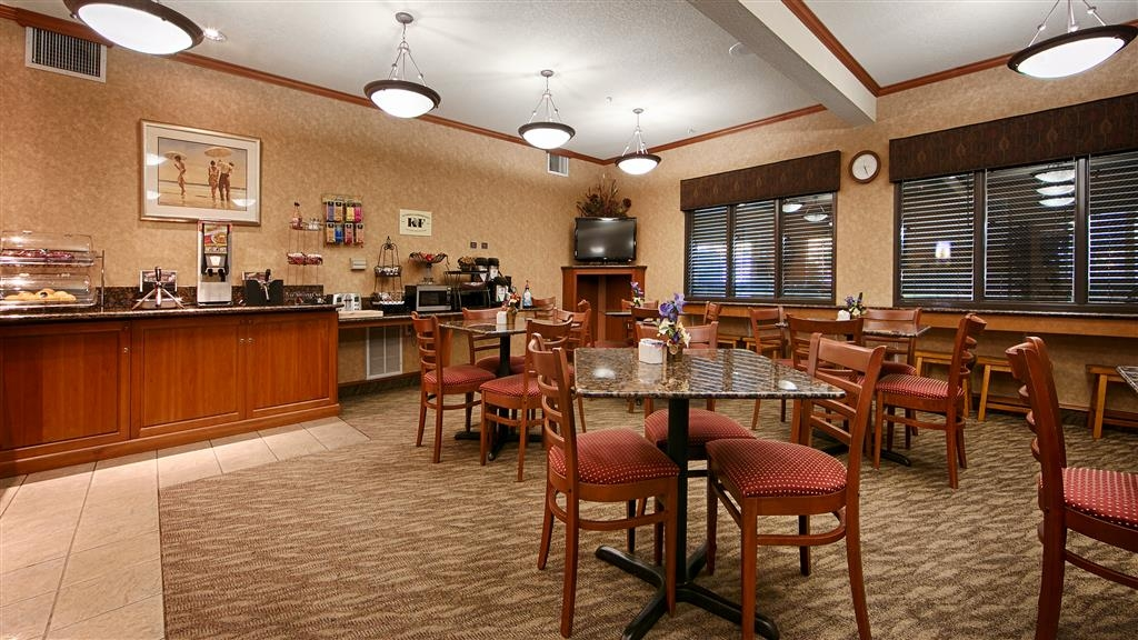 Best Western Plus Northwind Inn & Suites - Sit down and enjoy the morning news while sipping a delicious cup of coffee.