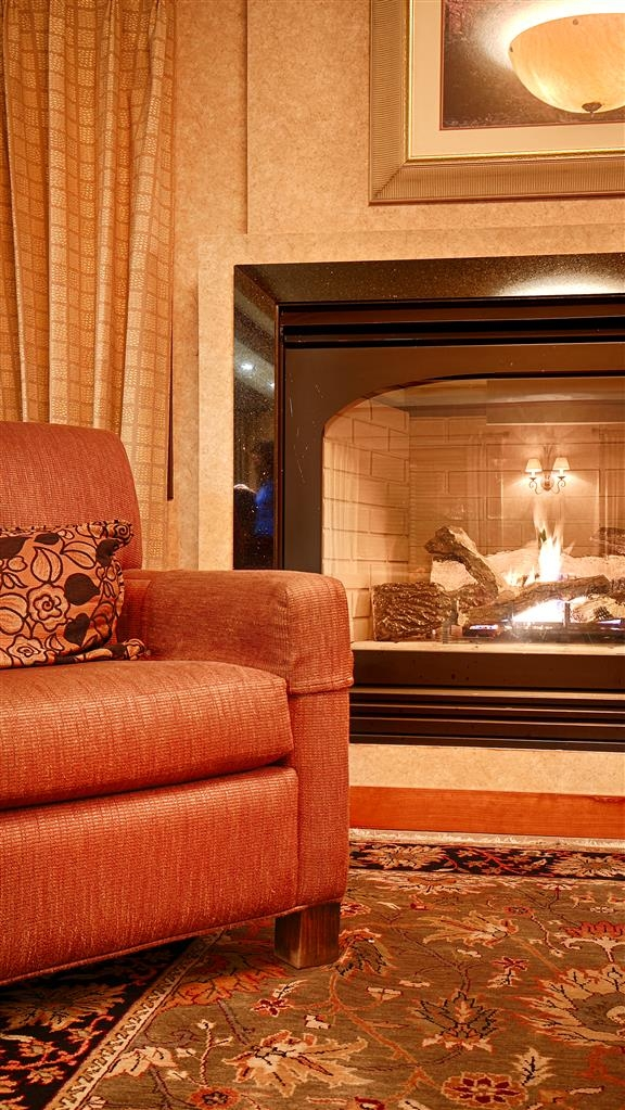 Best Western Plus Northwind Inn & Suites - Meet up with family or friends in our beautifully decorated lobby.