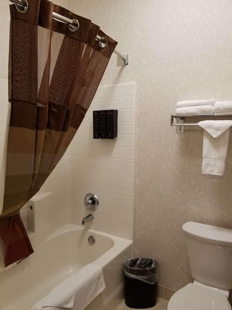 Best Western Plus Northwind Inn & Suites - Guest Bathroom