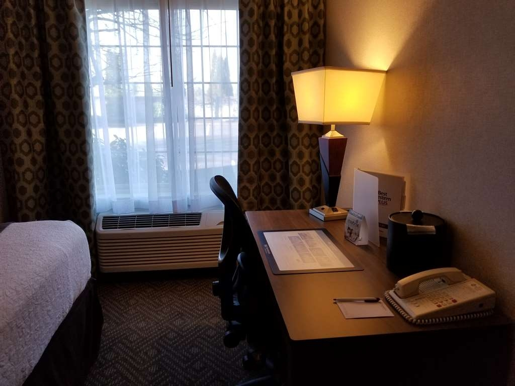 Best Western Plus Northwind Inn & Suites - Be productive in the comfort of your own room with a large work desk and free WiFi access.