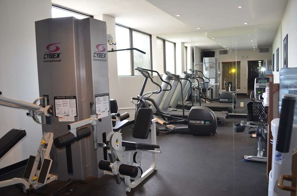 Best Western Plus Agate Beach Inn - Walk on the treadmill in our exercise room with an ocean view.