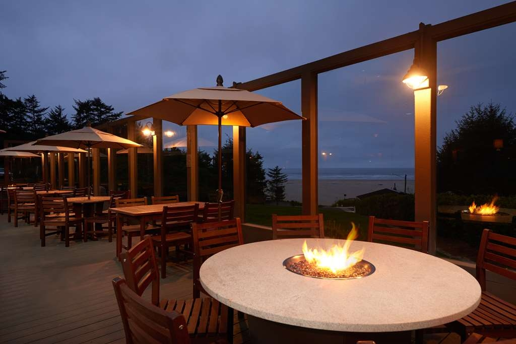 Best Western Plus Agate Beach Inn - Weather permitting, lunch or dinner served out on the Sundowner deck.