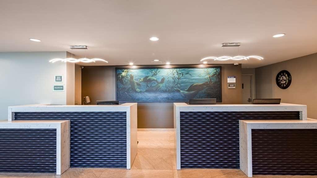 Best Western Plus Agate Beach Inn - Front Desk
