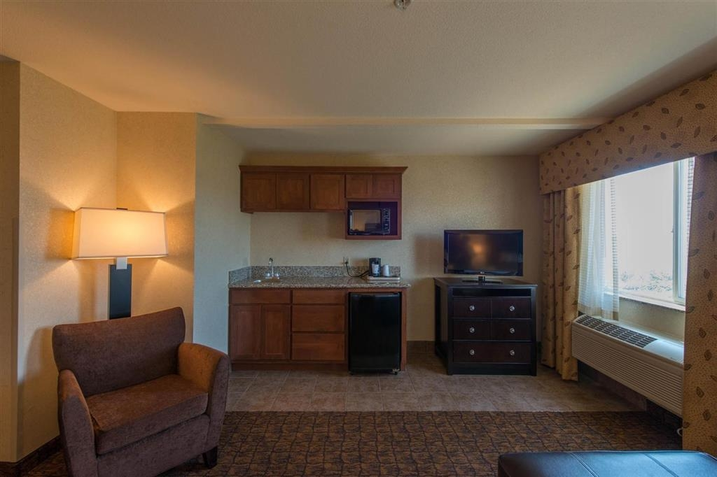 Best Western Astoria Bayfront Hotel - The deluxe king guest room offers a wet-bar for your enjoyment!