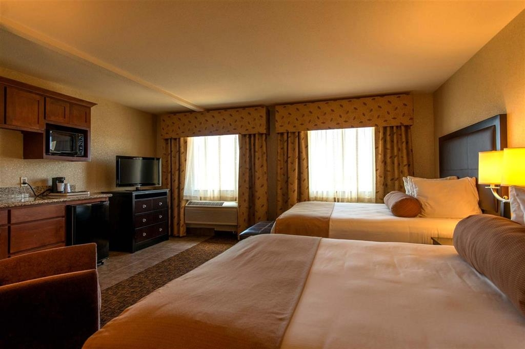 Best Western Astoria Bayfront Hotel - Relax in our deluxe double queen guest room with a river view after a long day of travel.