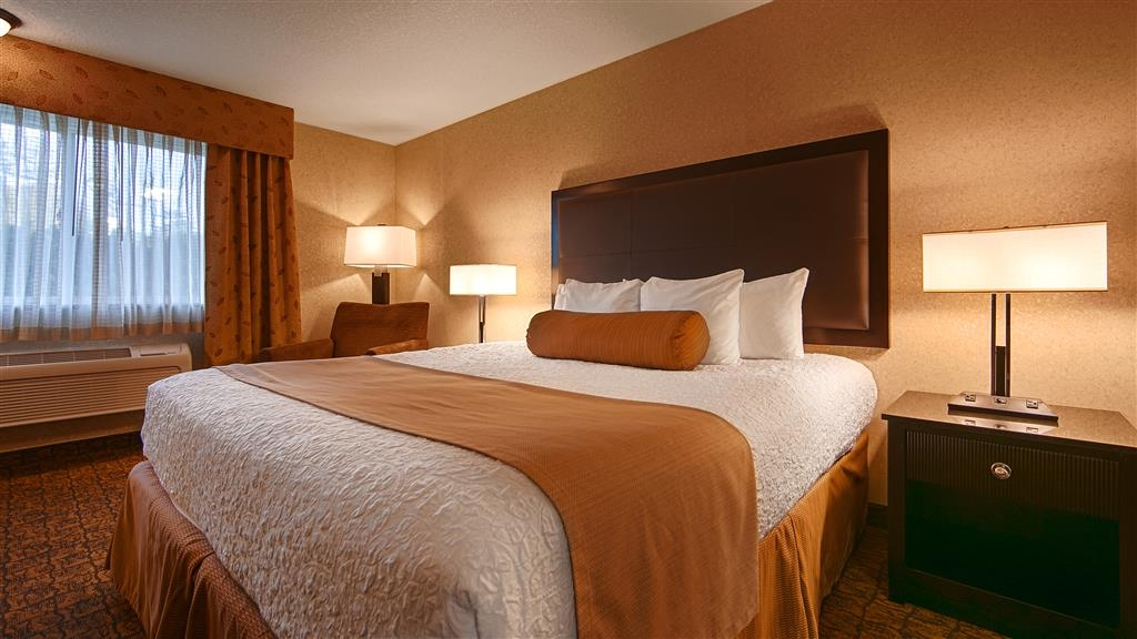 Best Western Astoria Bayfront Hotel - Stretch out and relax in the standard king room.