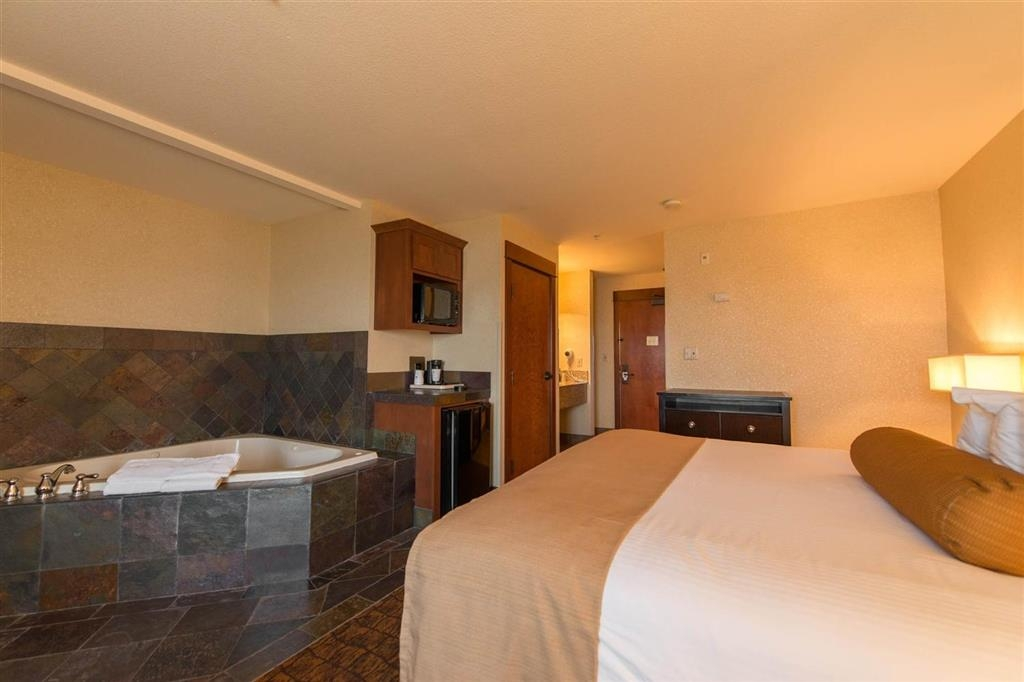 Best Western Astoria Bayfront Hotel - Our in-room spa guest room is perfect for a romantic getaway.