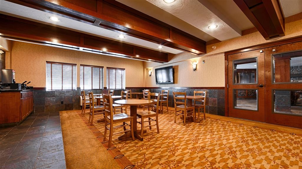 Best Western Astoria Bayfront Hotel - Rise and shine with a complimentary breakfast every morning.