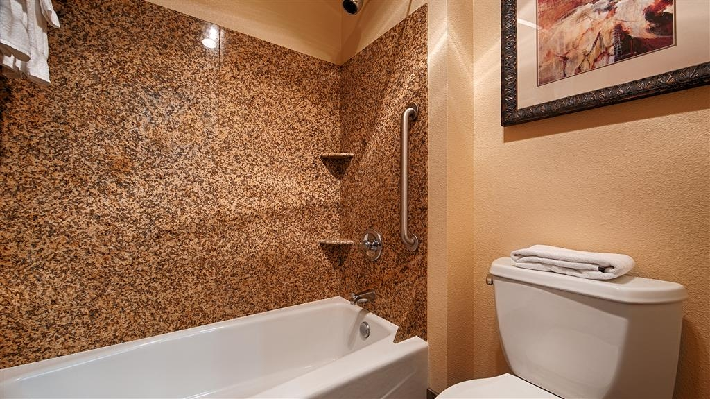 Best Western Astoria Bayfront Hotel - Enjoy getting ready for the day in our fully equipped guest bathrooms.